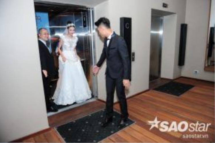 Cô dâu chú rể thu hút đông đảo ống kính máy ảnh ngay khi xuất hiên ở thang máy.