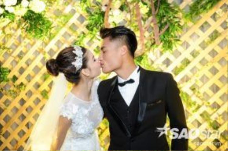 Cặp đôi trao nhau nụ hôn ngọt ngào, lãng mạn.