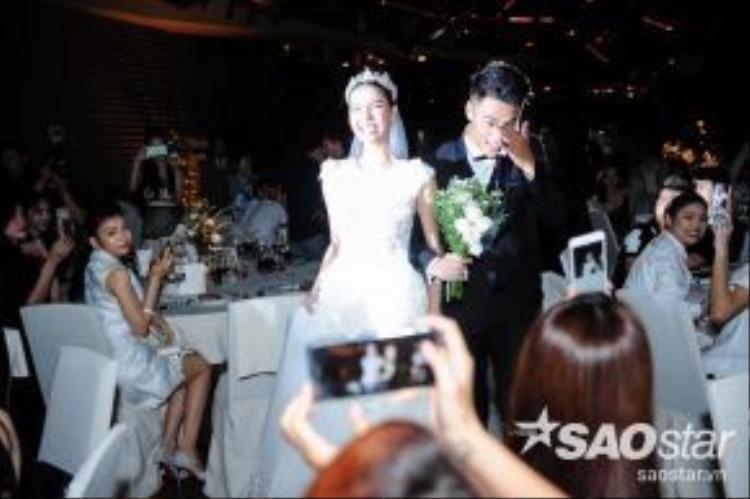 Cặp đôi nhanh chóng di chuyển lên phía trên sân khấu để thực hiện các nghi lễ cần thiết trong sự chúc phúc từ mọi người.