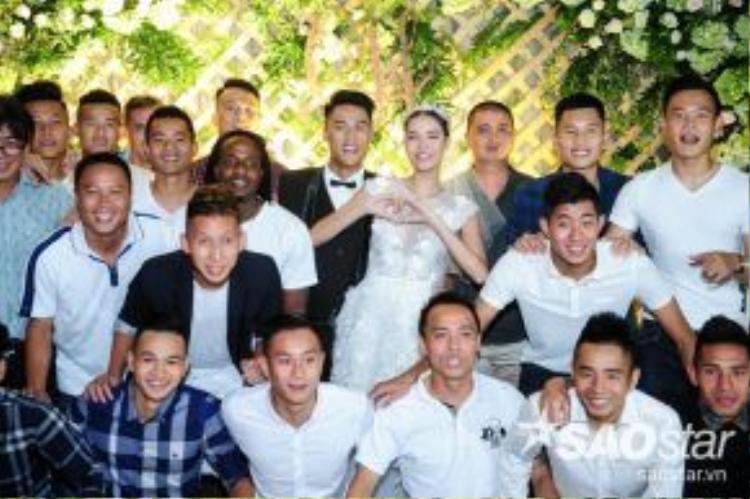 Dàn cầu thủ bóng đá cùng đội với Mạc Hồng Quân cũng có mặt trong đám cưới của anh.