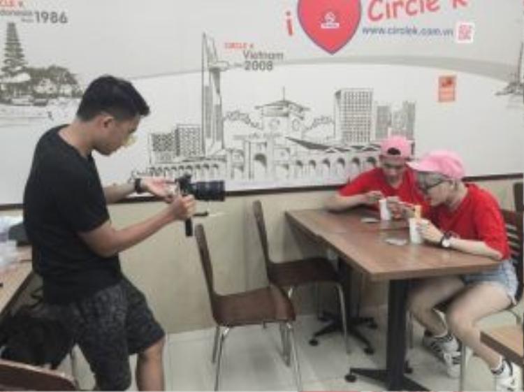Yến Lê cho biết, vì là bạn trai nên những cảnh tình cảm trong MV đều được thực hiện trong những khoảnh khắc tự nhiên nhất của hai người, do đó cả hai không phải diễn quá nhiều.