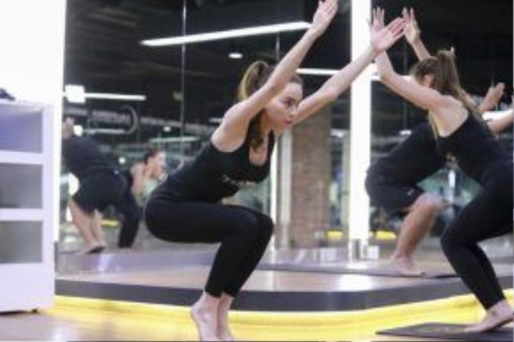 Hồ Ngọc Hà tận tình chỉ dậy những kiến thức cơ bản về môn Yoga cho các thí sinh