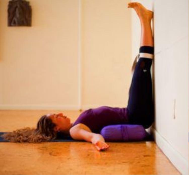 Tư thế giơ chân lên tường là động tác kết thúc tuyệt vời dành cho những người mới bắt đầu, nó giúp xoa dịu phần lưng dưới, thư giãn toàn cơ thể. Bạn có thể dung một chiếc gối mềm kê dưới lưng để thoải mái hơn.