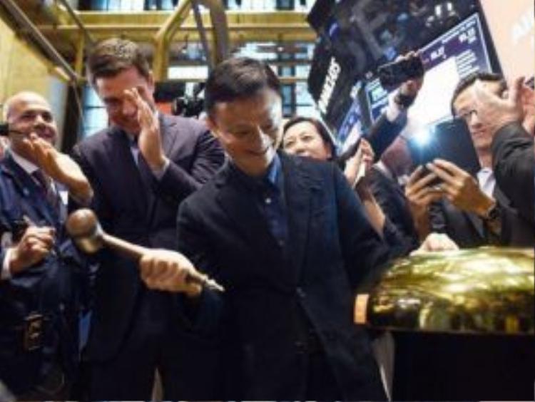 Tập đoàn Alibaba chính thức bán cổ phiếu lần đầu ra công chúng (IPO) với mức giá cao kỷ lục vào năm 2014, lớn hơn cả giá trị vốn hóa của Amazon và eBay cộng lại.