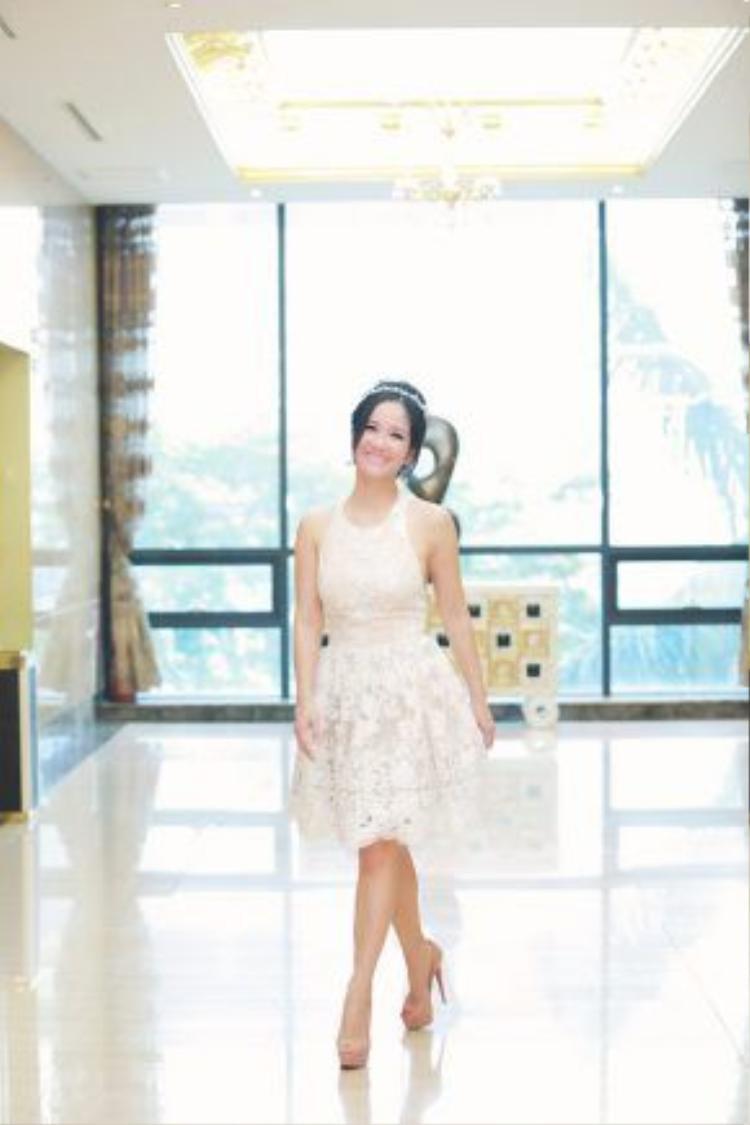 Nữ ca sĩ xuất hiện trẻ trung trong bộ váy trắng.