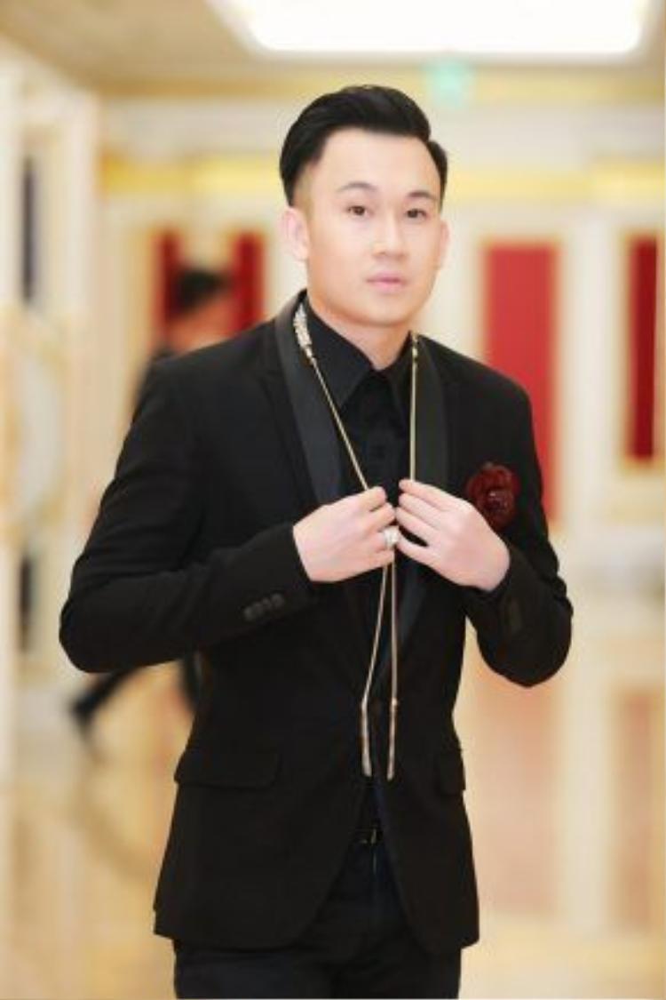 Ca sĩ Dương Triệu Vũ cũng điển trai chẳng kém.