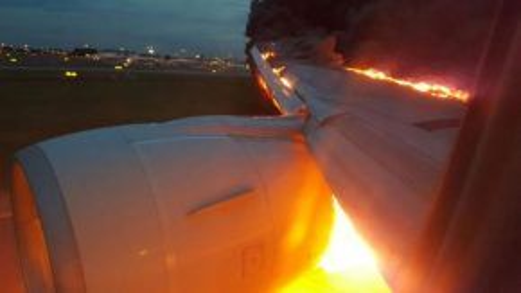 Phần cánh chiếc máy bay đã bốc cháy nghi ngút (Nguồn: Channel News Asia)