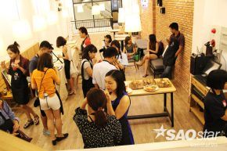 Nửa buổi mọi người nghỉ ngơi đợi tranh khô, thưởng thức đồ ăn nhẹ, giao lưu với mọi người.