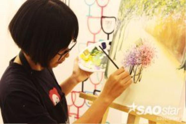 Cô giáo đang hướng hướng dẫn các học viên đi từng nét vẽ để tạo cảm giác 3D sống động cho bức tranh.