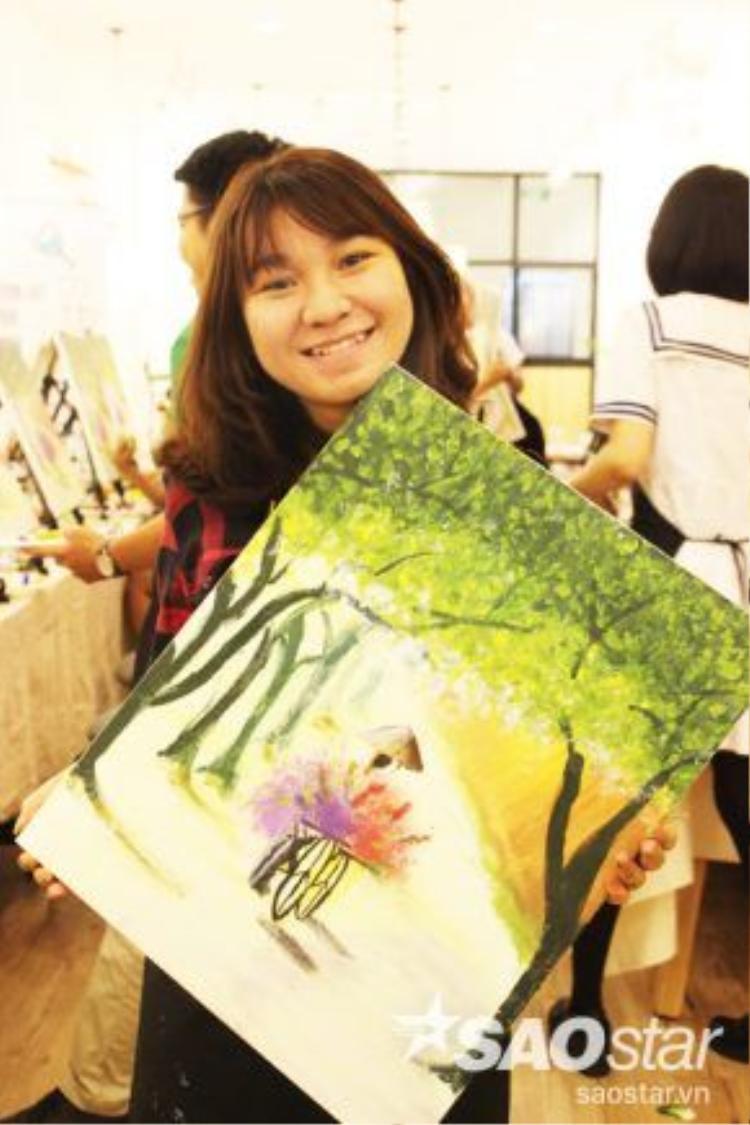 Bạn Hồng Nga (sinh viên ĐH Huflit) hãnh diện với bức tranh đầu tay của mình.