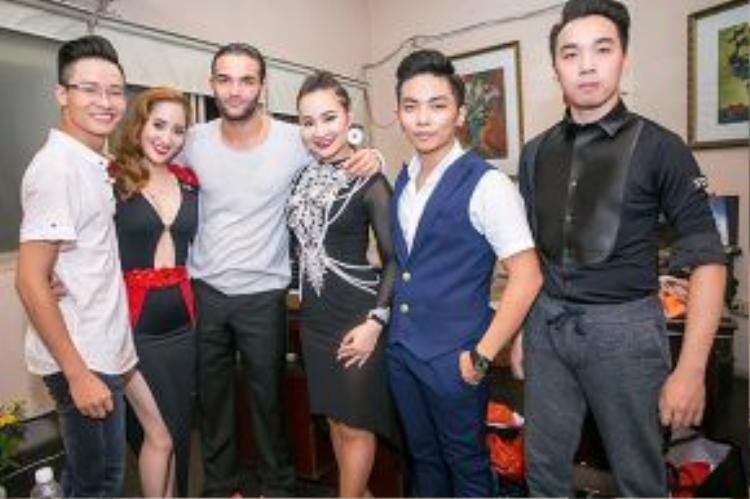 Khánh Thi, Phan Hiển và các vũ công chụp hình cùng thần tượng Nino Langella.