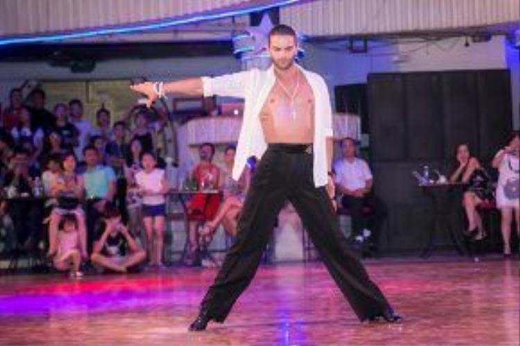 Vẻ điển trai của nam vũ công số 1 thế giới Nino Langella.