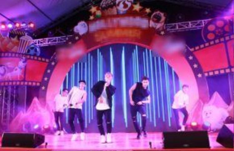 Với ca khúc Turn it up, Erik chính thức giới thiệu dự án boyband mới cùng hai thành viên là rapper Key và Nicky.