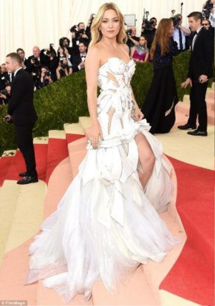 Nếu váy của Kate Hudson có phần đuôi cá kéo dài thì thiết kế Hà Hồ mặc lại có phần vải trong suốt xuyên thấu ở vai và tay khiến Nữ hoàng giải trí càng quyến rũ và gợi cảm hơn.