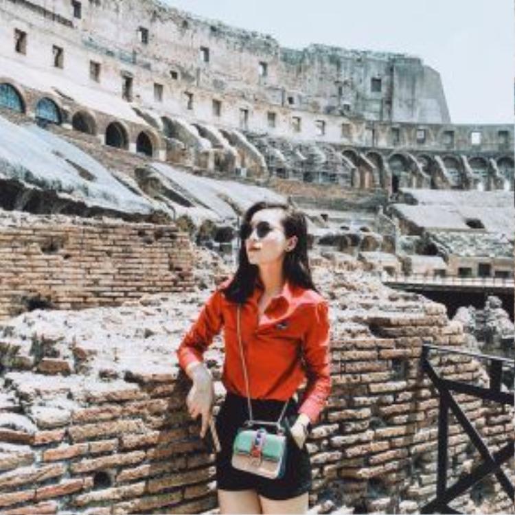 Hình ảnh của cô trong chuyến đi lần này cũng nhận được nhiều lời khen ngợi bởi gu thời trang đơn giản nhưng cực chất. Chỉ với chiếc quần short, cô chọn cách mix kèm áo sơ-mi tông màu sáng giúp bản thân nổi bật trong nắng hè.