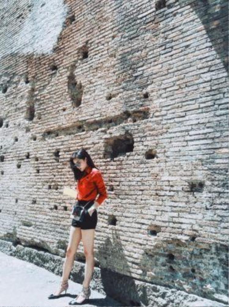 Lần đầu song hành với mẹ và nghe những câu chuyện về thời La Mã cổ đại, ngắm nhìn những kiến trúc cổ kính, nhan sắc gốc Nam Định không giấu được sự ngưỡng mộ trước tài năng của con người ở những thập niên trước.