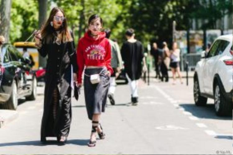 Thythu Thu Phương lại bí ẩn và ma mị với phong cách grunge. Cô nàng phối áo chemise dáng dài cùng giày bốt buộc dây, điểm thêm phụ kiện kính mắt mèo và clutch cầm tay.