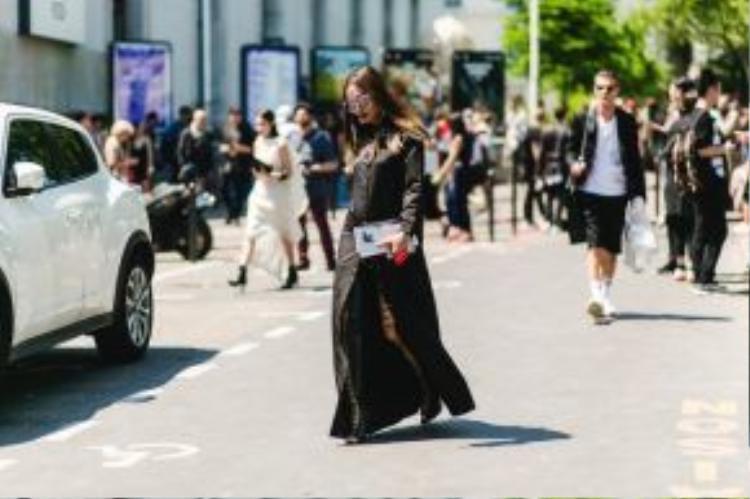 Chemise: Givenchy l Bốt: Lê Thanh Hòa.