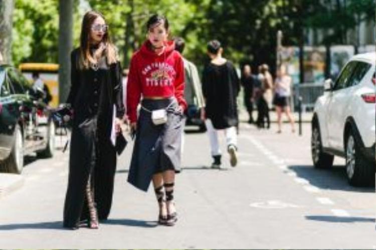 Hai nàng blogger thời trang đình đám luôn biết cách làm mới mình qua từng mùa mốt. Mới đây tại tuần lễ thời trang nam Xuân Hè quốc tế, Thu Phương cùng Hiền Trang gây ấn tượng với phong cách thú vị.