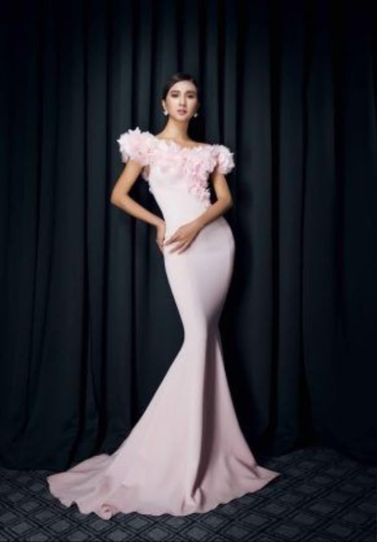 Trong bộ ảnh mới nhất, cô tự tin diện những thiết kế gợi cảm của các NTK: Hoàng Minh Hà, Lê Thanh Hoà và Đỗ Long.