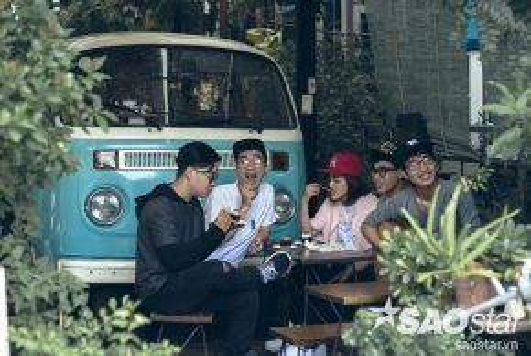 Những buổi cafe, ăn uống là những lúc nhóm cùng nhau họp ý tưởng và là nơi cho ra đời những sáng tác của nhóm.