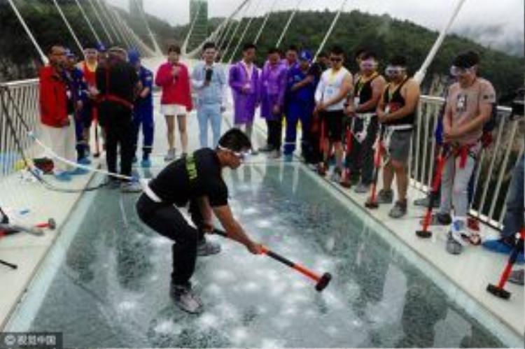 """""""Kể cả kính bị rạn thì cũng không bị vỡ ra từng mảnh được. Du khách vẫn có thể bước trên cầu"""", một quản lý của công viên quốc gia Trương Gia Giới cho biết."""