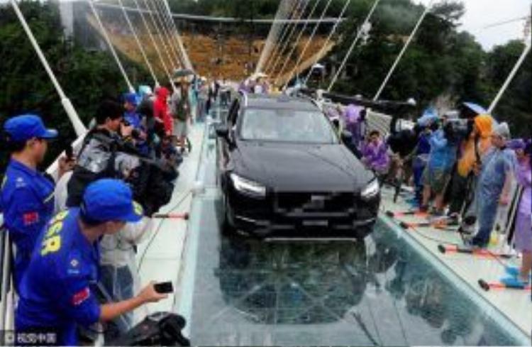 Xe vượt qua cầu an toàn. Điều này không có gì bất ngờ, bởi cầu có thể chịu tải trọng của ít nhất 800 người cùng lúc.