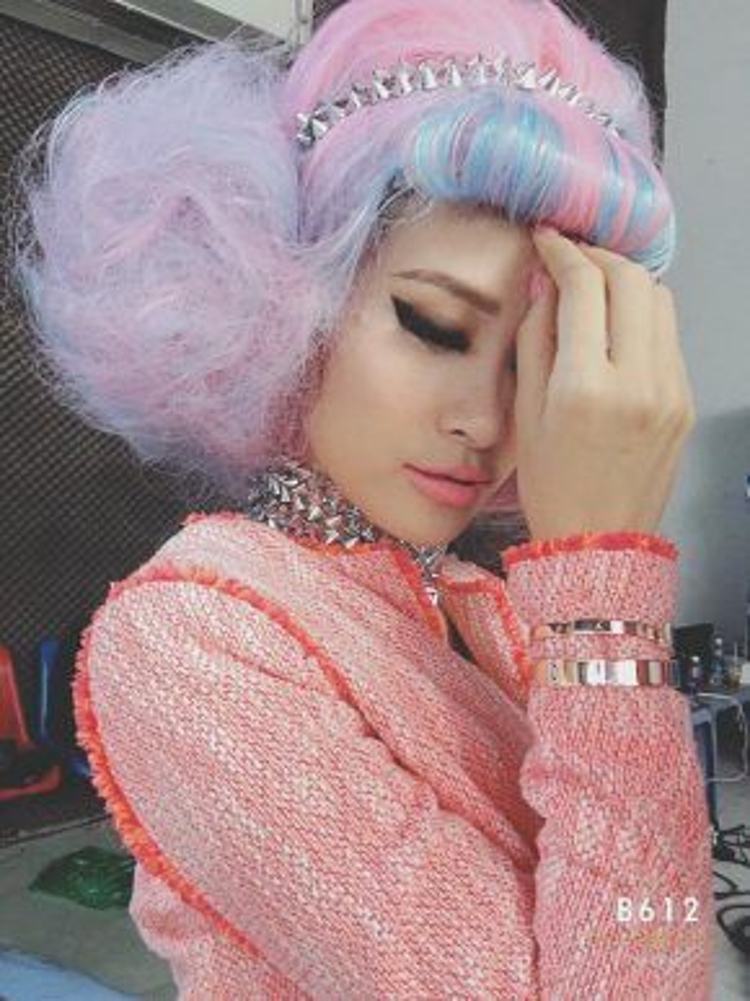 Nữ giám khảo The Voice Kids trẻ trung với son hồng pastel.