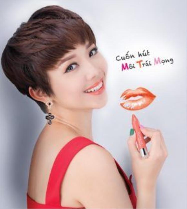 Tóc tiên mang hình ảnh gợi cảm bằng việc kết hợp sắc hồng cam với mái tóc pixie cá tính