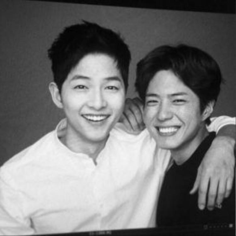 Hình ảnh chứng minh sự thân thiết của Song Joong Ki và Park Bo Gum được công ty tiết lộ.