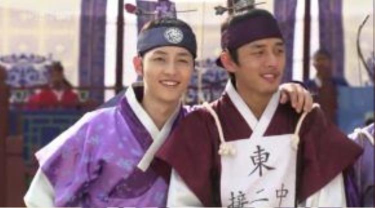 Cặp đôi Nữ Lâm và Ngựa Điên trong Sungkyunkwan Scandal.