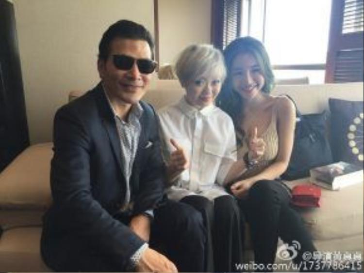 Nữ đạo diễn Hoàng Chân Chân khoe ảnh bên cạnh Trần Bảo Sơn và cô diễn viên nóng bỏng Elly Trần.