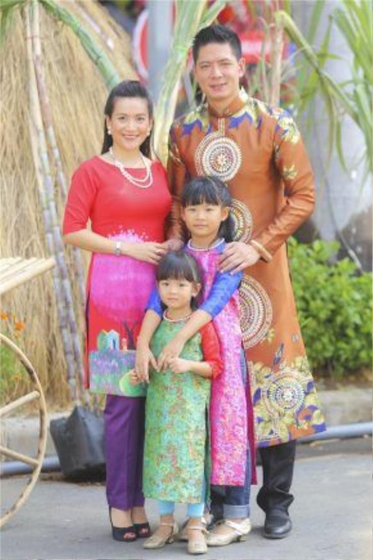 Gia đình hạnh phúc của siêu mẫu Bình Minh.