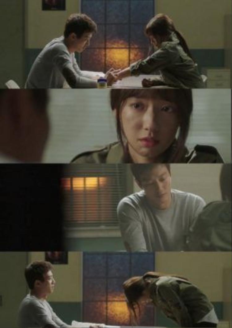 """Mặc cảm vì không vượt được qua điều tiếng """"gái hư"""", mặc cảm vì số phận hèn kém từ nay sẽ khó lòng vươn lên được, Hye Jung nuốt nước mắt cảm ơn và nói lời từ biệt với thầy giáo."""