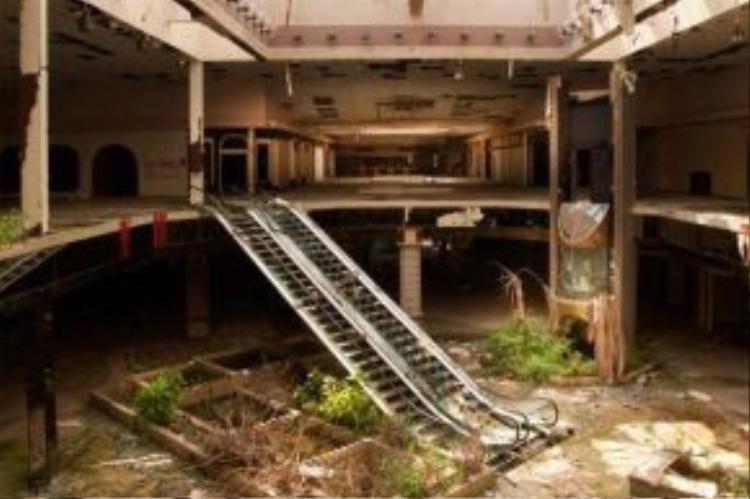Nhiếp ảnh gia liều lĩnh phát hiện được khá nhiều trung tâm thương mại bỏ hoang.