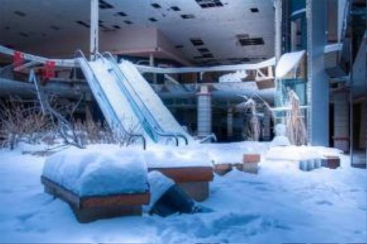 Lớp tuyết dày đổ xuống từ trần nhà.