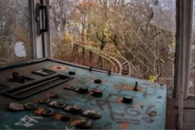 Bộ điều khiển đu quay đặt trên một căn phòng nhỏ nhìn ra đường tàu chạy siêu tốc từng hoạt động.