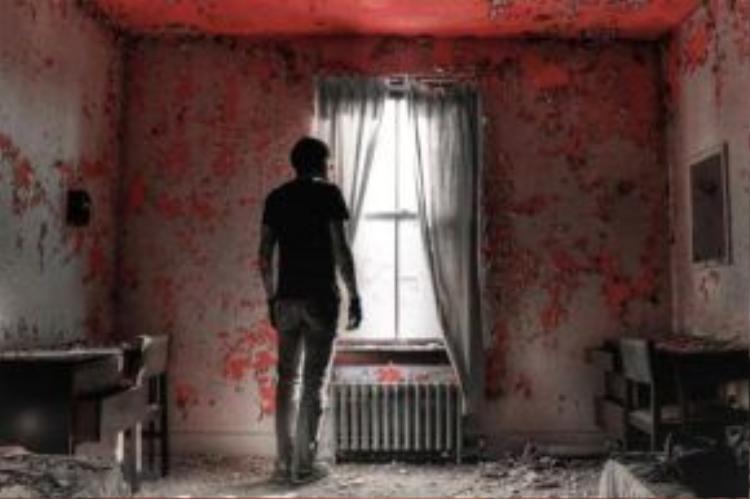 Seph đứng lẻ loi trong một căn phòng hoang tàn. Chỉ còn lại vài thứ đồ cũ kỹ như chiếc vali, giường ngủ, bàn ghế.