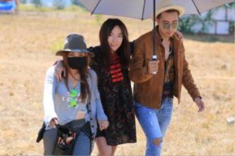 OnlyC cũng đã có những cảnh quay tình cảm với cô nàng Linh Sugar trong MV này.