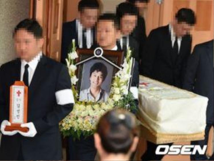 Người thân đưa tiễn Kim. Theo tin tức, bố mẹ anh vì quá mệt mỏi và sốc nên đã không thể đến đưa tang.