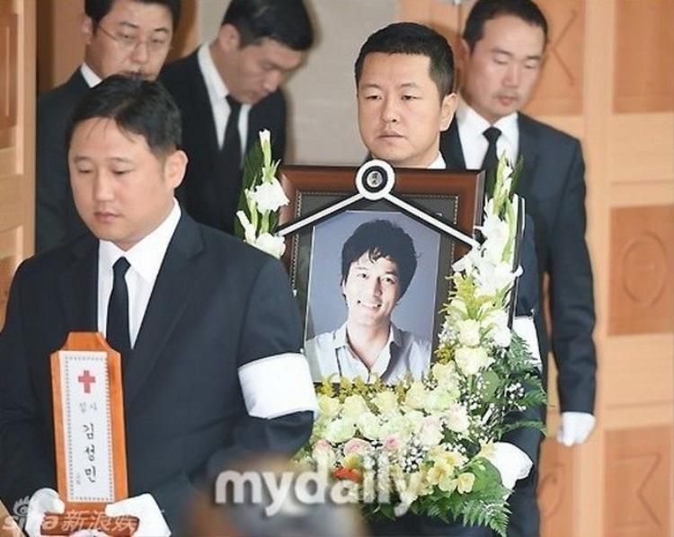Người thân ngã quỵ trong đám tang của tài tử Tối nay ăn gì