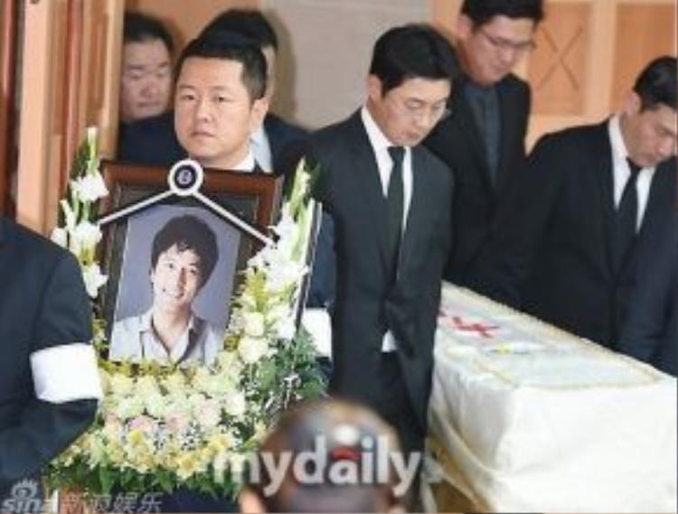 Người thân đưa tiễn Kim Sung Min về nơi an nghỉ cuối cùng.