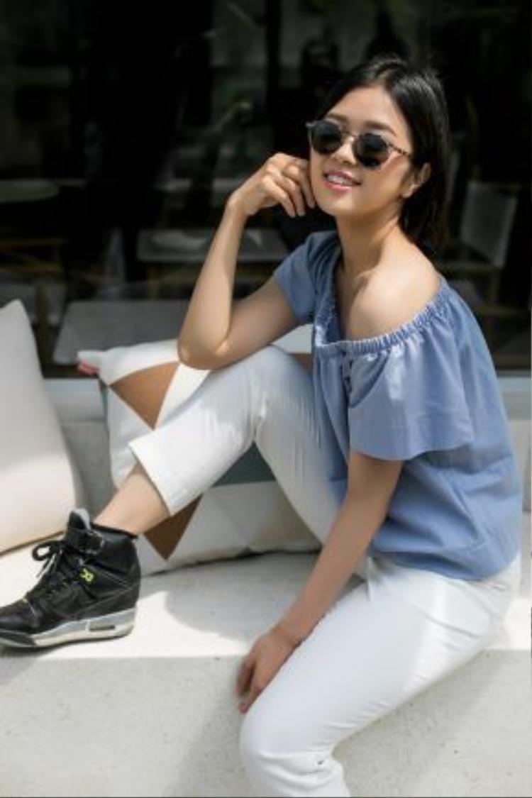Màu xanh pastel được Suni Hạ Linh áp dụngtrong thiết kế áo trễ vai, nhún bèo đang làm mưa làm gió trong cộng đồng thời trang Việt.