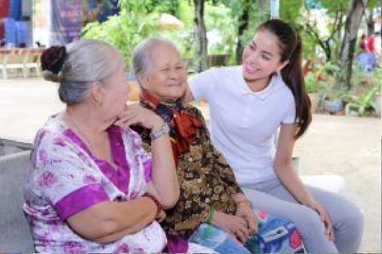 Cô cũng hứa thường xuyên đến thăm và lần sau sẽ dẫn mẹ đến chia sẻ cùng các cụ.