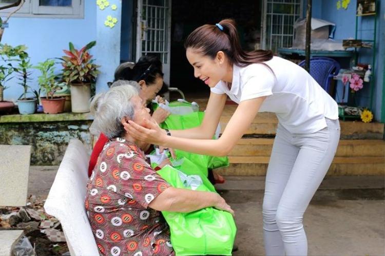 Phạm Hương bật khóc trong chuyến thăm các nghệ sĩ neo đơn