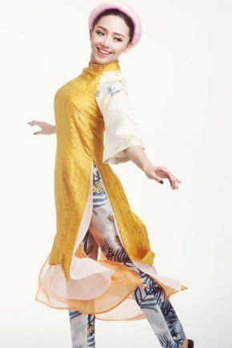 """Những tà áo dài cách tân luôn có """"khả năng"""" biến những cô nàng cá tính như Tóc Tiên trở nên dịu dàng hơn bao giờ hết."""