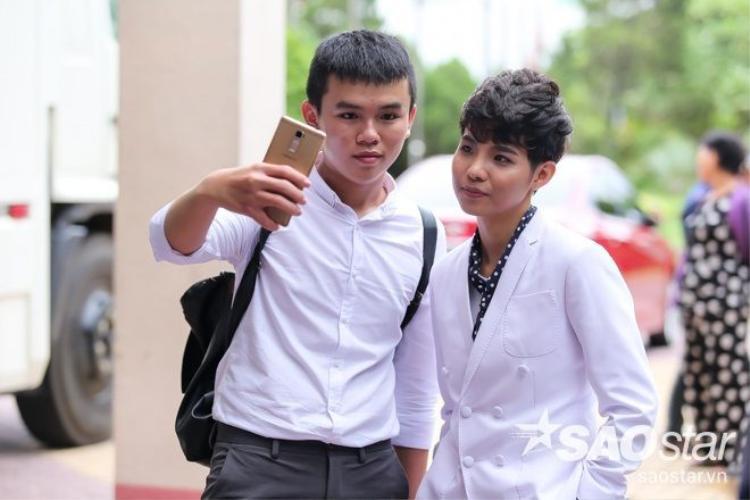 Ngô Kiến Huy, Ông Cao Thắng tranh thủ ăn vội, Đông Nhi ngủ gục tại trường quay The Voice Kids 2016
