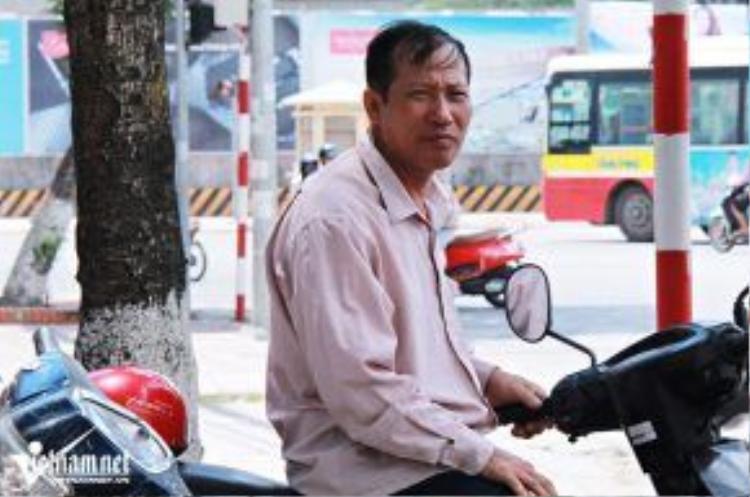 Chú Nguyễn Hữu Định, bố của 2 thủ khoa năm 2013 đã thôi sửa xe và chuyến sang chạy xe ôm tại Hà Nội. (Ảnh: Lê Văn)
