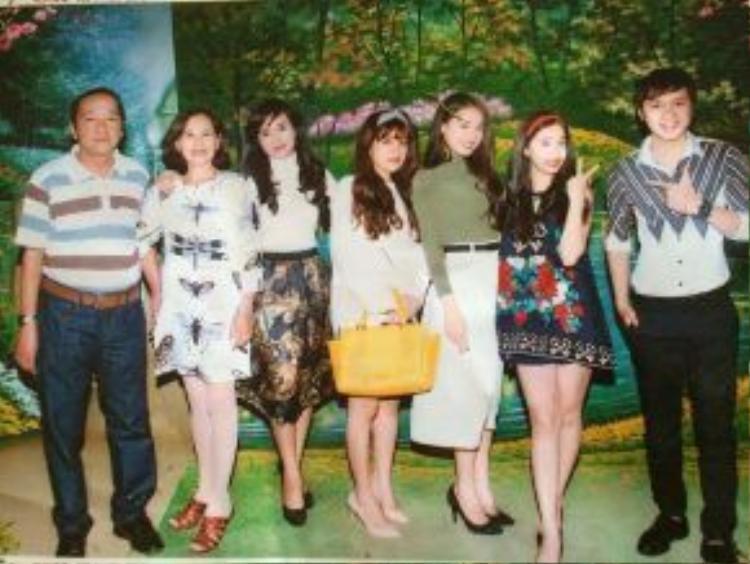 Nữ diễn viên Nhã Phương lần đầu tiên khoe ảnh đại gia đình mình với người hâm mộ.