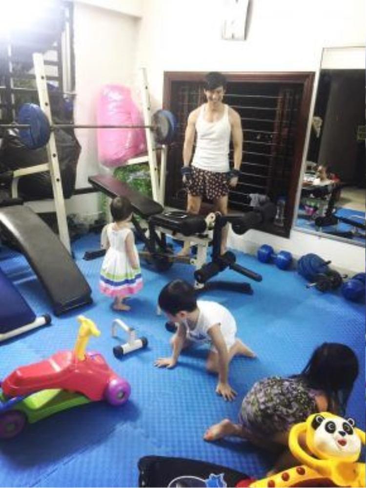 Ngày gia đình, Lý Hải dành thời gian vui đùa bên các con.